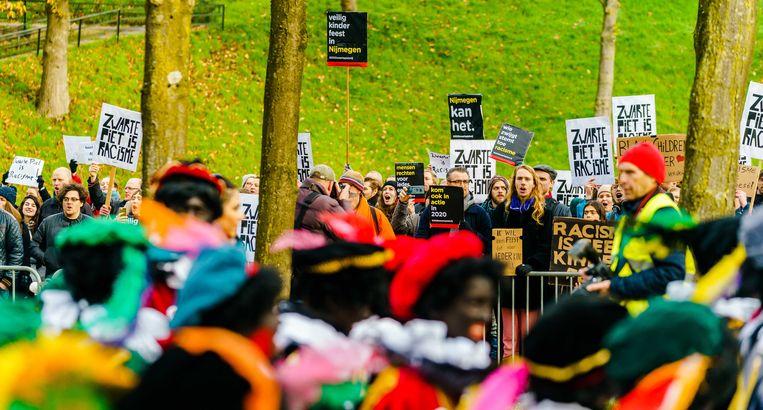 Sympathisanten van actieclub Kick Out Zwarte Piet (KOZP) demonstreren in 2019 tijdens de intocht van Sinterklaas in Nijmegen. ANP MARCO DE SWART Beeld ANP