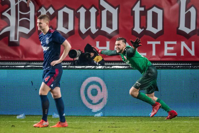 Doelman Jöel Drommel heeft de penalty gestopt van Ajacied Matthijs de Ligt waardoor FC Twente verder gaat in de beker.