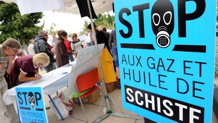 Fransen tekenen een petitie tegen de exploitatie van schaliegas in het Zuid-Franse Saint-Christol-les-Ales Beeld afp