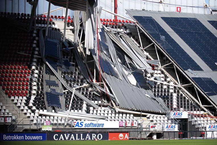 De constructie van het AZ-stadion was niet berekend op de wind die het dak op 10 augustus naar beneden drukte.  Beeld ANP