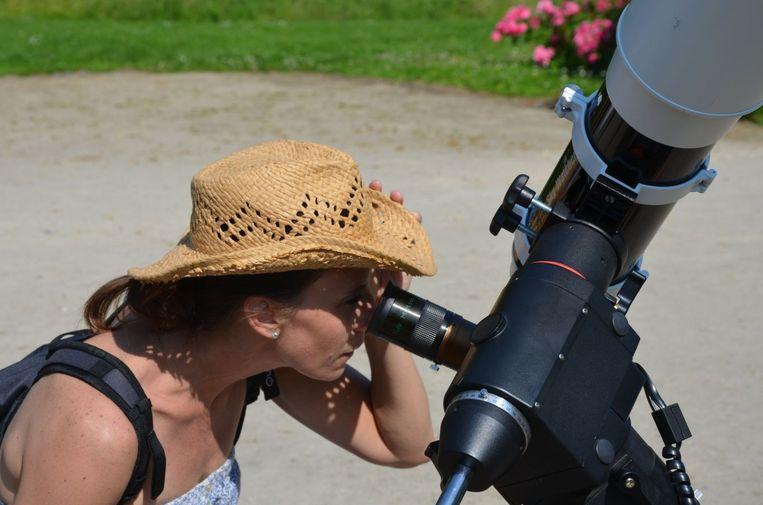 Kijken naar de zon met aangepast materiaal in het Park van Hoegaarden