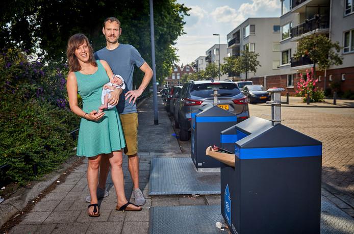Renée van Heteren en Emiel van Dongen met hun tien dagen oude zoontje Toon bij de papiercontainer in de Doctor Hekmanstraat, de 'plek des onheils'.