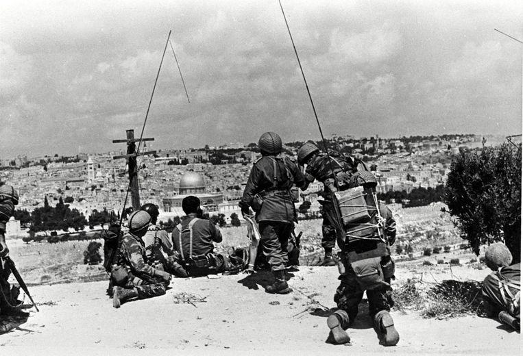 Een Israëlische brigade kijkt uit over Jeruzalem in juni 1967 Beeld AFP