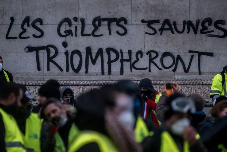 De Arc de Triomphe, een van de meest bekende monumenten in Parijs, werd beschadigd en beklad met graffiti tijdens de rellen van de gele hesjes gisteren.