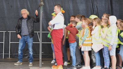 In strijd tegen pesten luiden kinderen en  auteur Marc De Bel... de bel