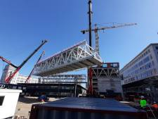 Twee 'bruggen' voor Haasje Over op Strijp-S Eindhoven over Area 51 heen getild