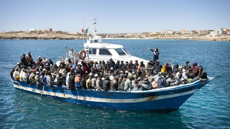 Bootvluchtelingen uit Libië komen aan in de haven van Lampedusa, april 2011. Dit relatief kleine bootje bracht ruim tweehonderd mensen aan wal, tien hadden hun leven verloren aan boord en waren in zee gegooid. Beeld Guus Dubbelman / de Volkskrant