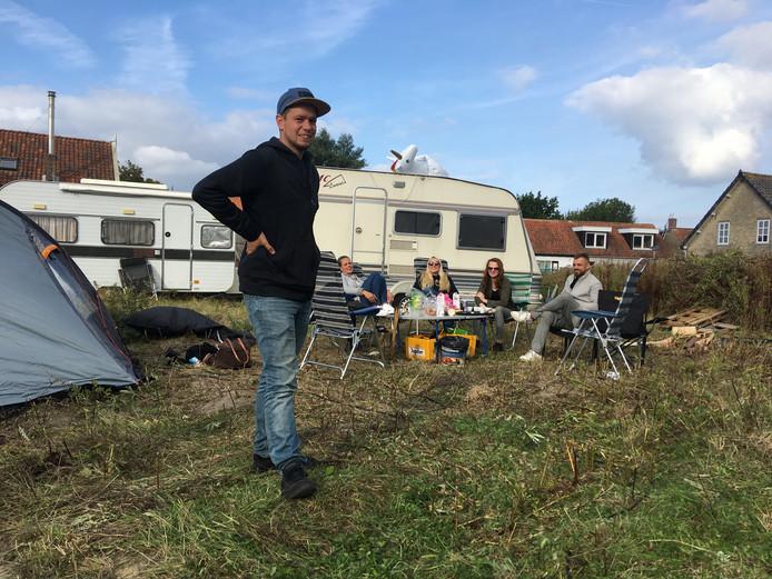 De eerste bewoners van camping 't Gevulde Gat in Scharendijke na hun eerste nacht. Op voorgrond staat Jim Stremme.
