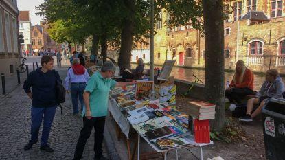 Eerste boekenmarkt langs Steenhouwersdijk valt in de smaak