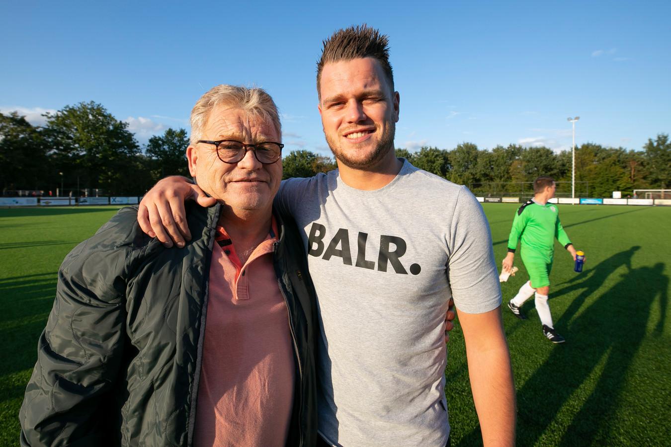 Henk van Hattum met zijn zoon Menno, beide van VV Helvoirt.