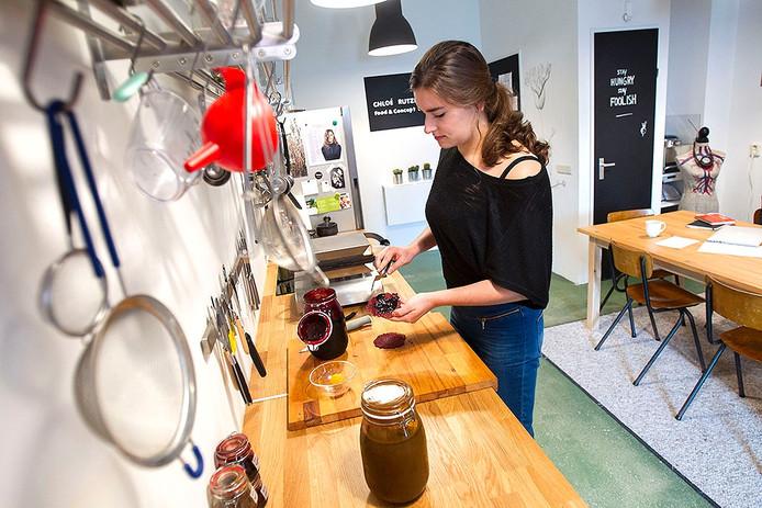 Chloé Rutzerveld maakt stroopwafels van wortels, knolselderij en bieten.