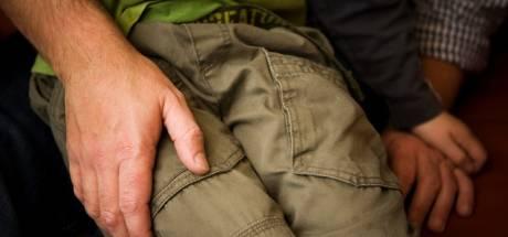 Stiefvader (40) sloot stiefzoon (12) op en zou hem misbruikt hebben 'in opdracht van geesten'