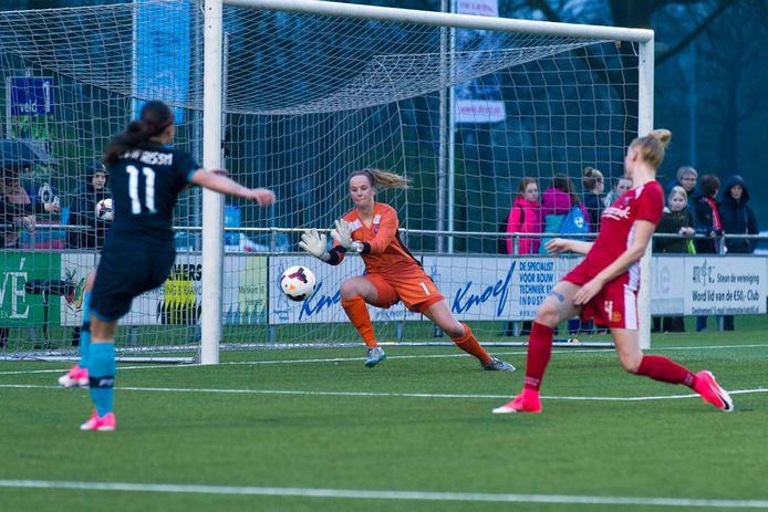 Keeper Jade Adan in actie voor haar vorige club FC Twente.