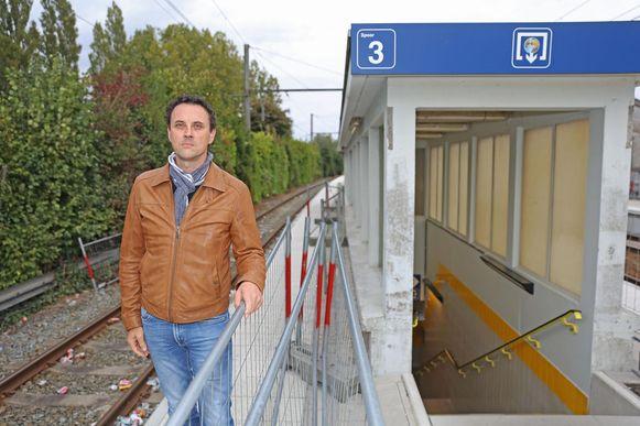 Raadslid Sven De Paepe bij enkele van de dranghekken die het perron versmallen.