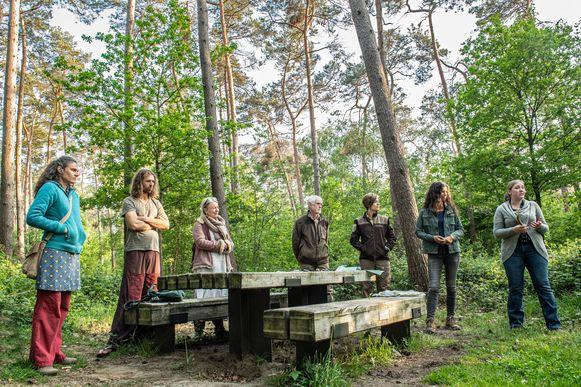 Een groep ongeruste buurtbewoners kwam in het bos samen met mensen van het Agentschap Natuur & Bos om de kwestie te bespreken.