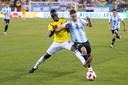 De Argentijnse aanvoerder Nicolás Tagliafico in duel met de Colombiaanse verdediger Davinson Sánchez.