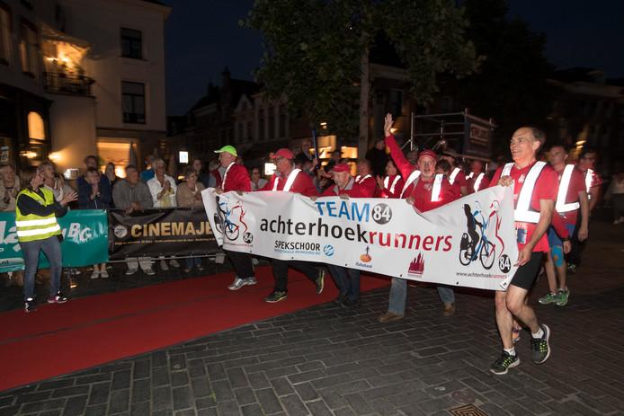 De doorkomst van de Roparun is in Zutphen elk jaar weer een feest, met sfeer, livemuziek en veel publiek.