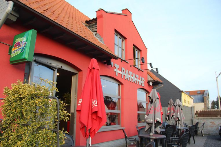 De uitbater van frituur 't Patatje in Lovendegem werd gekneveld. De daders maakten 60 euro en bankkaarten buit.