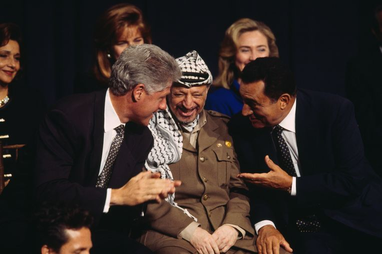 Hosni Mubarak (rechts) met Bill Clinton (links) en Yasser Arafat, in 1995. Beeld Getty