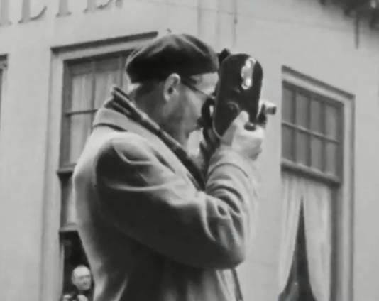 Het Haags gemeentearchief is op zoek naar deze man met alpinopet die in meerdere video's uit de Tweede Wereldoorlog opduikt.