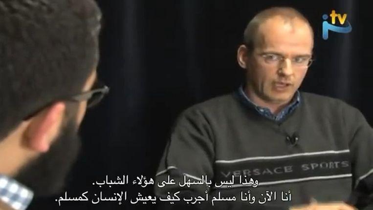 Op de online televisiezender IslaamTV vertelde Van Doorn eerder dit jaar over zijn bekering. Beeld IslaamTV