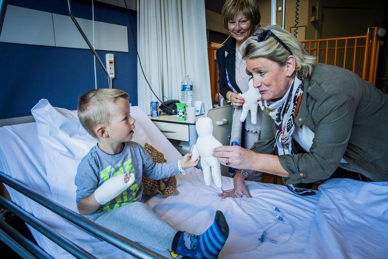 Patiëntje Jorn (4,5) krijgt een popje van Martine Roegiers.