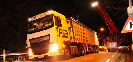 Vrachtwagen belandt in berm op Zanddijk bij Kruiningen