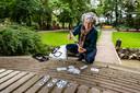 Loes ten Anscher zet met muntjes de kunstroute uit op het Vogeleiland.