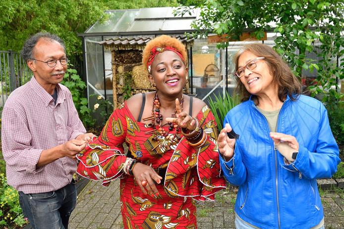 Links Paul Liklikuwata met naast hem Eliane Becks-Nininahazwe en Riekje Hoffman.