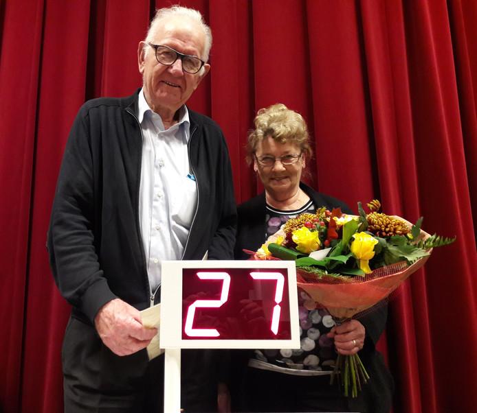 Ruim 50 jaar draaien Wiel en Toos Verriet de bingo in Groesbeek. Daarvoor kregen ze een presentje.