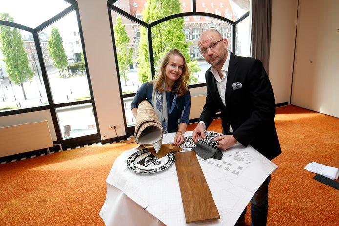 Victoria Ruijs in gesprek met (binnenhuis)architect Gerben van der Molen met stalen van nieuwe bekleding voor Figi.