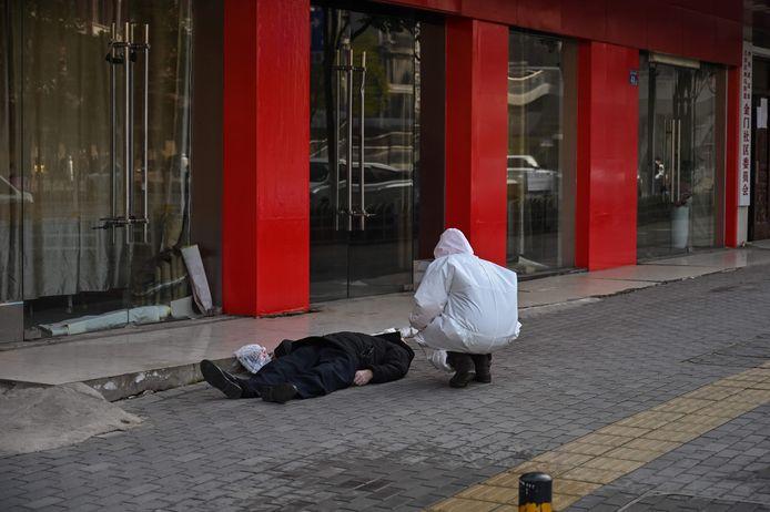 Les gens mouraient parfois dans les rues, ce qui ne faisait qu'ajouter à la panique autour de ce mystérieux virus.