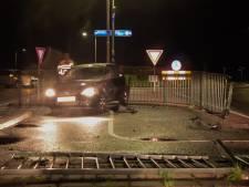 Automobilist maakt schuiver vlak voor rotonde bij Hummelo en ramt hekwerk