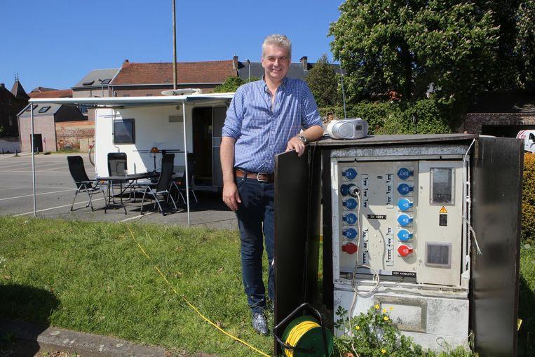 Danny Puyneers bij de elektriciteitskast waarvan hij aftapte.