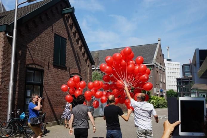 013-directeur Frens Frijns laat 99 ballonnen op.