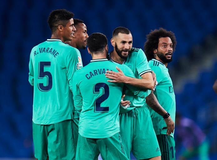 Benzema wordt gefeliciteerd door ploeggenoten.