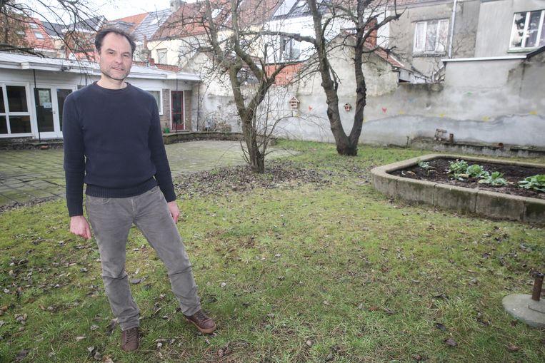 Coördinator Geert Van Hout in de tuin van de toekomstige Freinetschool in de Spitaalpoortstraat.