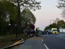 Man rijdt verkeersborden uit de grond en belandt op zijn kop met auto in Wanroij