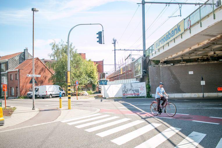 De fietsbrug loopt over het kruispunt Vijfstraten, vlak naast het spoor, tot aan de Nieuwe Molenstraat.