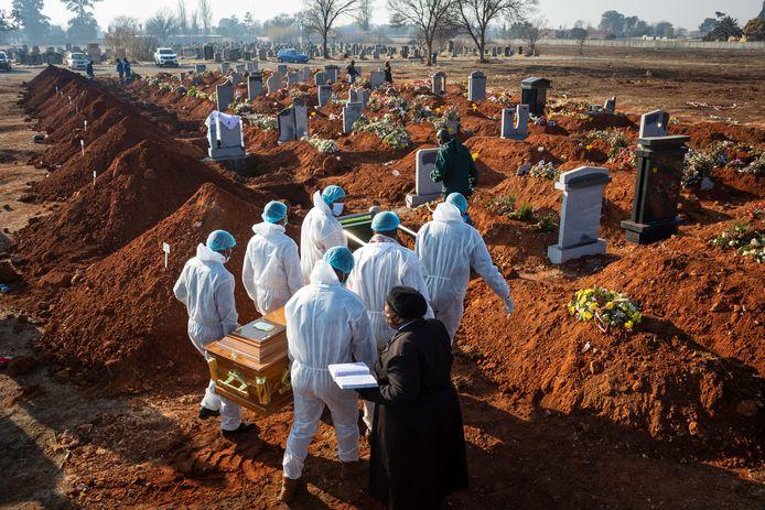 Familieleden brengen een coronaslachtoffer naar haar laatste rustplaats in Johannesburg, Zuid-Afrika.