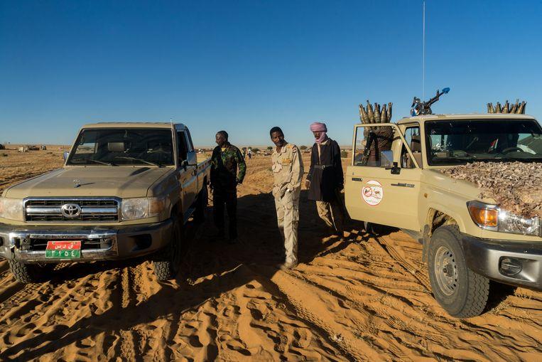 Abrahim Abouwafi (midden), kapitein bij de Rapid Support Forces en familie van RSF-leider Hemedti in Zurrug, Noord-Darfur. Beeld Klaas van Dijken