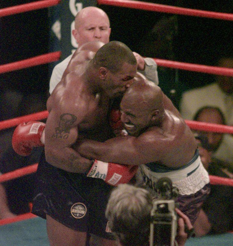 Mike Tyson bijt in het oor van Evander Holyfield in de derde ronde van hun WBA Heavyweight match op 28 juni  1997.