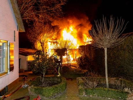 Grote brand verwoest schuur en garages in Hank