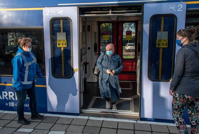 Chantal Maas (links) houdt op station Cuijk een oogje in het zeil.
