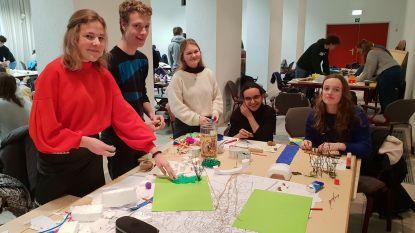 Leerlingen Heilig Graf tekenen samen met experts hun stad van de toekomst uit