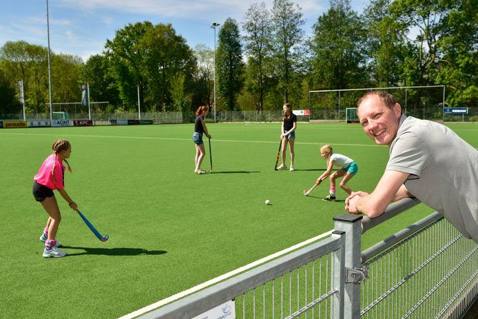 De hockeysters van GMHC mogen woensdag weer het veld op, bestuurslid Jerry van der Leur kijkt vrolijk toe.