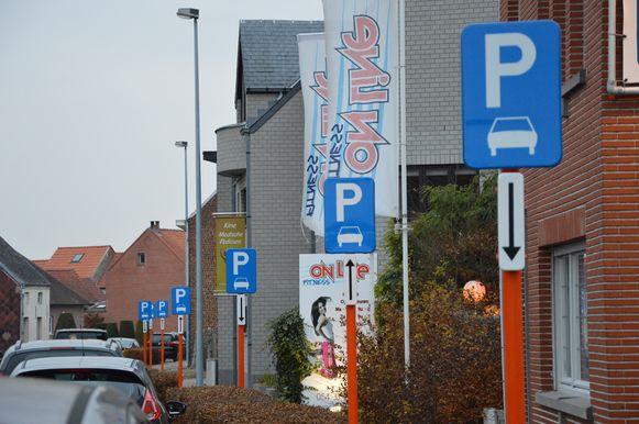 Een aantal van de vele parkeerborden in de Bovenhoekstraat.