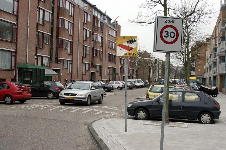De gemeente Amsterdam onderzoekt of in alle straten in de stad een maximumsnelheid van dertig kilometer per uur kan worden ingevoerd. Beeld ANP