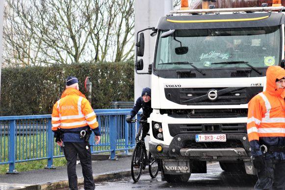 Een politieman vertolkte de rol van fietser. Intussen was de brug afgesloten en moest het verkeer van en naar Oostende omrijden.