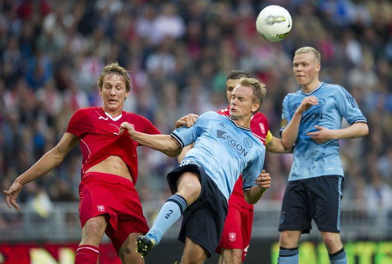 Luuk de Jong van FC Twente (L) in duel met Siem de Jong van Ajax (M) in de strijd om de Johan Cruijff Schaal 2011. Rechts Kolbeinn Sighthorsson van Ajax. ©ANP Beeld